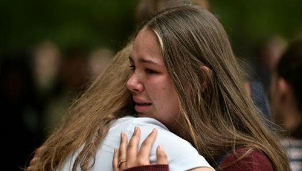 Hai cô gái an ủi nhau trong lễ cầu nguyện ở Christchurch ngày 18/3