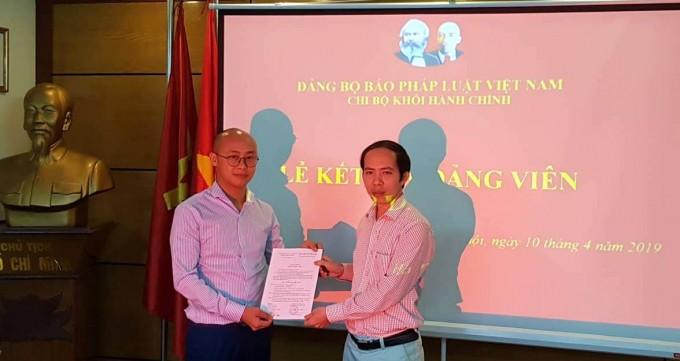 Bí thư Chi bộ Nguyễn Đức Trường traoQuyết định kết nạp Đảng viên cho Đảng viên mới Vũ Đức Quang.