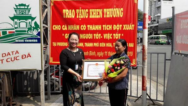Bà Hậu (bên phải) nhận bằng khen từ Ban thi đua khen thưởng tỉnh Đồng Nai