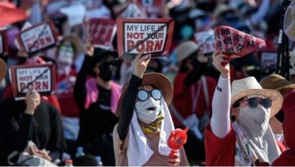 """Những người phụ nữ biểu tình, giơ khẩu hiệu """"cuộc sống của tôi không phải là trò khiêu dâm của các người"""" tại Seoul năm 2018"""