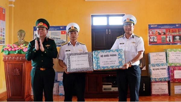 Tổng cục Chính trị kiểm tra, tặng quà quân, dân huyện đảo Trường Sa