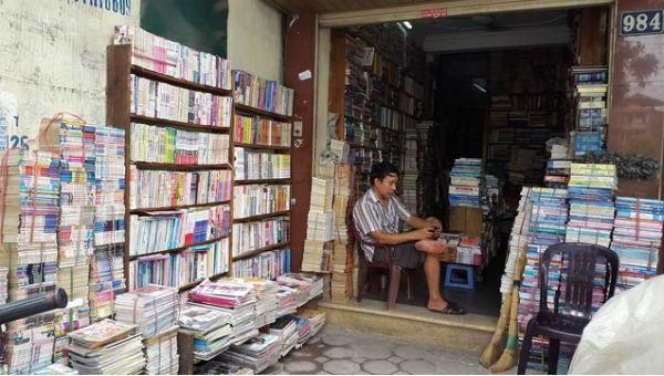 Người bán sách trên đường Láng vắng hoe khách