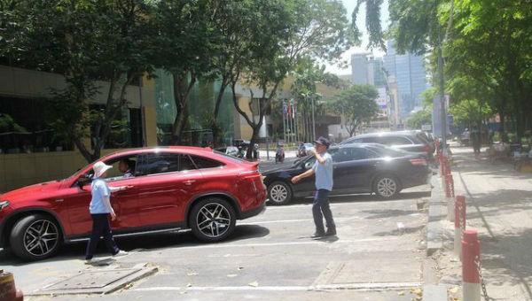 Thanh niên xung phong TP HCM chủ trì thu phí ôtô đậu dưới lòng đường