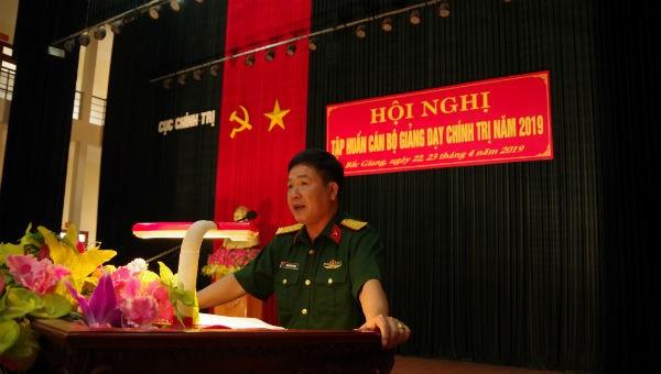 Đại tá Nguyễn Tiến Chung – Phó Chủ nhiệm Chính trị Quân khu phát biểu tại Hội nghị
