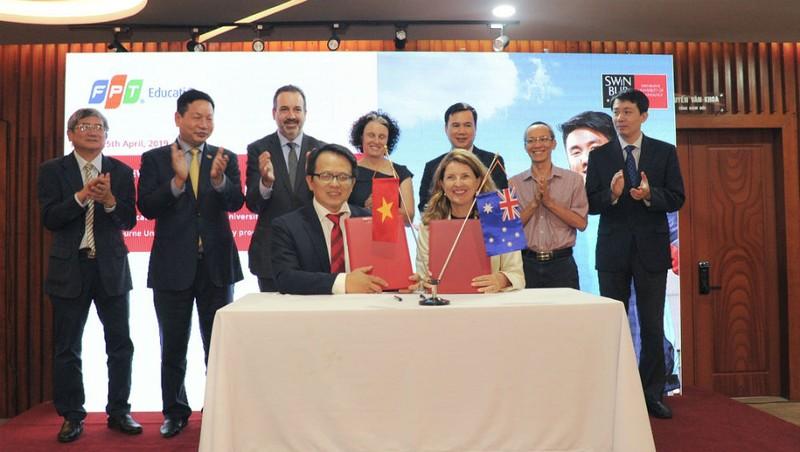 Đại diện hai trường FPT và Swinburne ký kết thỏa thuận