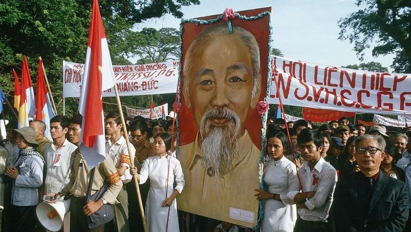 Rước ảnh Bác Hồ trong lễ mừng ngày chiến thắng, Sài Gòn, tháng 5/1975.