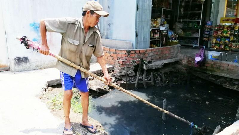 Người cựu binh cần mẫn vớt rác làm sạch môi trường