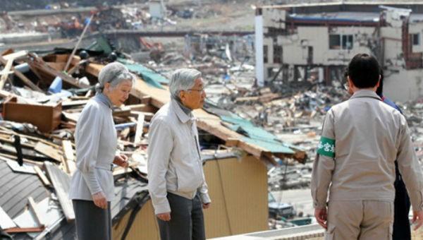 Nhà vua Akihito và Hoàng hậu Michiko hồi tháng 4/2011 tới thăm thị trấn Minamisanriku, tỉnh Miyagi, nơi chịu thiệt hại nặng nề vì động đất, sóng thần