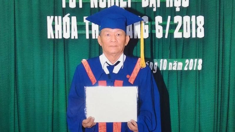 Ông Mai nhận bằng tốt nghiệp cử nhân Luật.