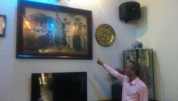 Ông Nguyễn Văn Hải và bức ảnh bố ông chụp cùng Bác Hồ và nhà lãnh Triều Tiên Kim Nhật Thành