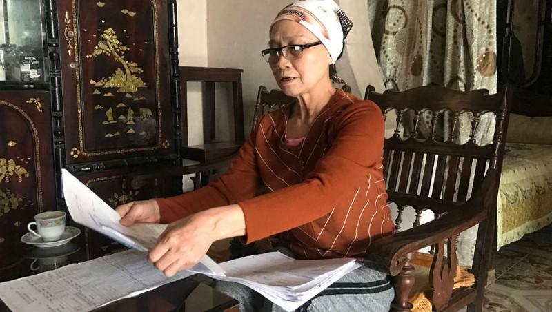 Bà Đinh Thị Tỵ với tập hồ sơ dày sau hơn chục năm khiếu kiện