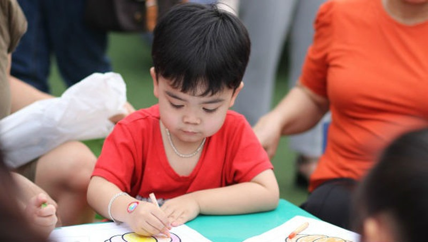 600 phụ huynh và em nhỏ vui chơi cùng sách tương tác