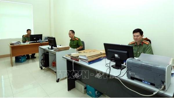 Cán bộ, chiến sỹ phòng Xây dựng phong trào toàn dân bảo vệ an ninh Tổ quốc (PV28 - thuộc Công an tỉnh Điện Biên) cập nhật thông tình hình an ninh xã hội. Ảnh: Phan Tuấn Anh/TTXVN