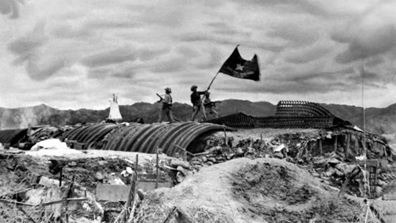 """Lá cờ """"Quyết chiến, Quyết thắng"""" của Quân đội nhân dân Việt Nam tung bay trên nóc hầm tướng De Castries ngày 7/5/1954"""
