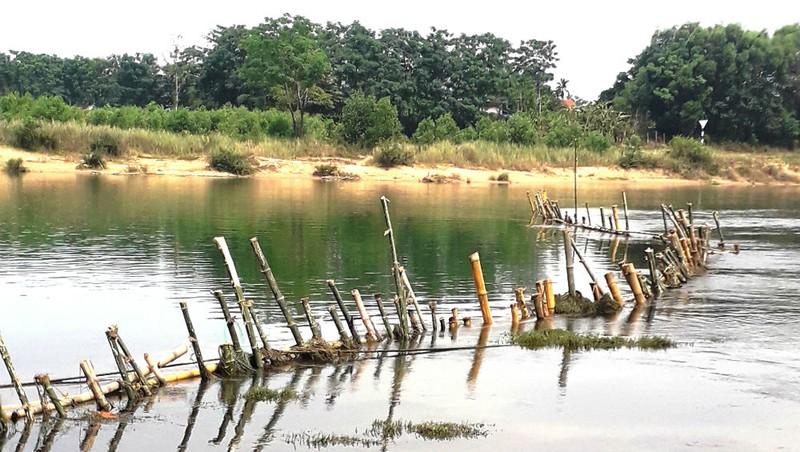 Hàng rào tre được người dân đóng xuống sông Bồ nhằm ngăn chặn tàu thuyền chở cát, yêu cầu Công ty Tuấn Hải ngừng khai thác.