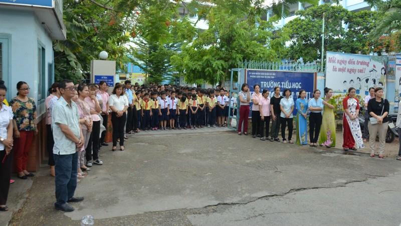 Học sinh và giáo viên Trường TH Hoàng Văn Thụ kính cẩn cúi đầu tiễn biệt thầy hiệu trưởng