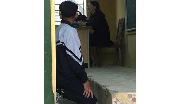 Hình ảnh phạt quỳ gây tranh cãi