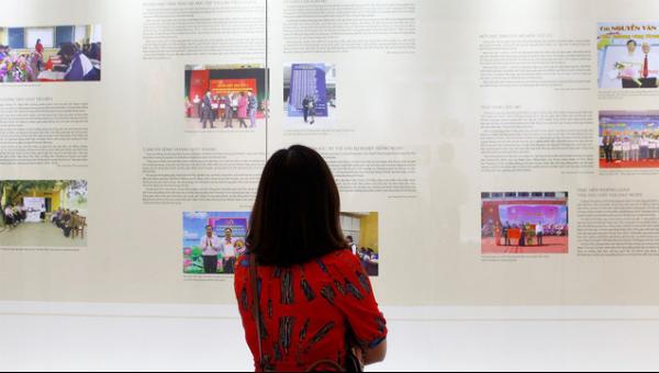 """Cuộc triển lãm """"Những tấm gương bình dị mà cao quý"""" lần thứ 7 vừa khai mạc tại Bảo tàng Hồ Chí Minh ngày 15/5)"""