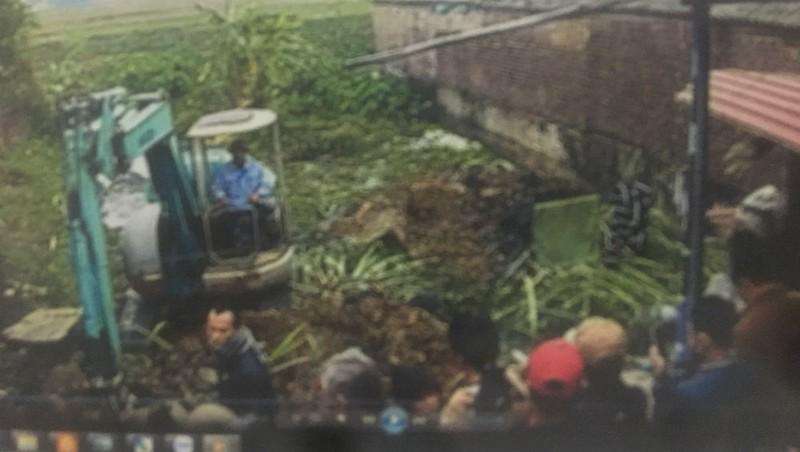 Gia đình ông Tiến tổ chức lực lượng, mang máy xúc đến múc sân nhà ông Hùng (hình ảnh do camera nhà ông Hùng ghi lại vào sáng 1/1/2019)