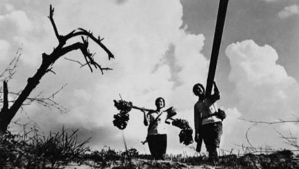 Nữ chiến sĩ đơn vị xăng dầu trên đường Tây Trường Sơn những năm chiến tranh. Ảnh: Vương Khánh Hồng