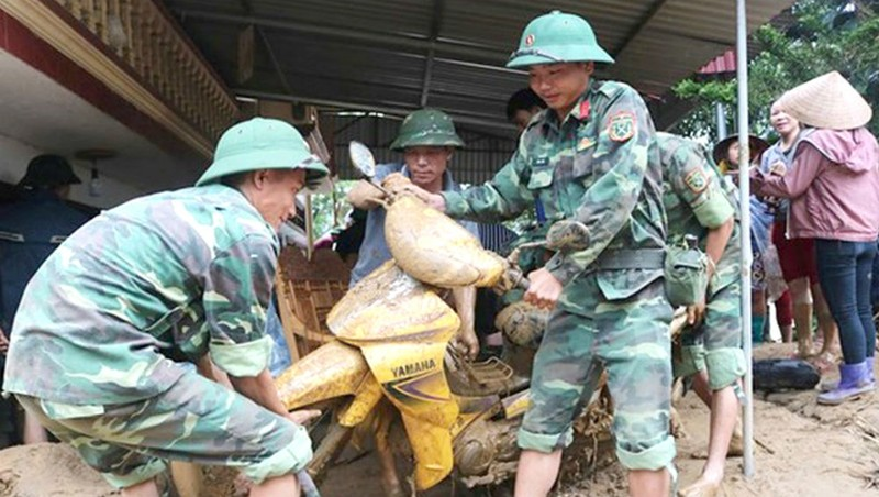 Tích cực giúp dân di chuyển tài sản ra khỏi vùng ngập lụt tháng 7/2018
