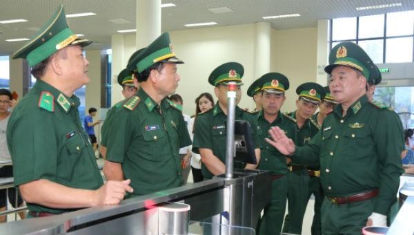 Trung tướng Hoàng Xuân Chiến, Ủy viên Trung ương Đảng, Tư lệnh BĐBP (ngoài cùng bên phải) kiểm tra hệ thống kiểm soát xuất, nhập cảnh tự động tại cửa khẩu quốc tế Móng Cái (Quảng Ninh).