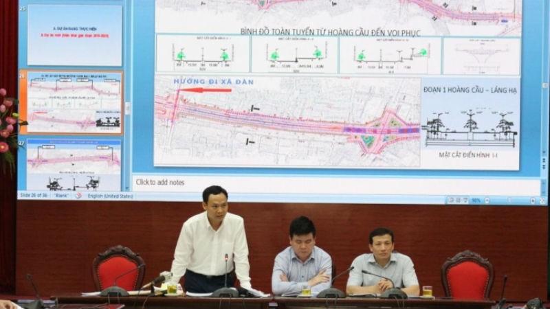 Ông Lê Văn Bính, Phó Giám đốc Ban Quản lý dự án đầu tư xây dựng công trình dân dụng và công nghiệp TP Hà Nội thông tin tại buổi giao ban báo chí Thành ủy. Ảnh Tuổi trẻ Thủ đô