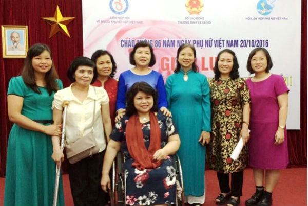 Chị Đinh Thị Quỳnh Nga (ngoài cùng bên trái) trong một cuộc gặp gỡ giao lưu với những người khuyết tật khác do Bộ LĐ,TB&XH tổ chức