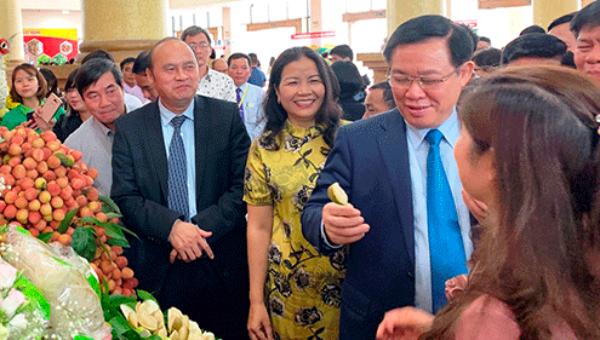 Phó Thủ tướng Vương Đình Huệ động viên các cơ sở sản xuất vải thiều Bắc Giang.