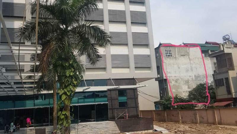 Ngôi nhà 5 tầng của gia đình ông Toàn (phần đánh dấu) được xác định bị lún nghiêng về phía Đông và phía bệnh viện (phía Bắc, liền kề bệnh viện) (Ảnh: H.Nguyên)