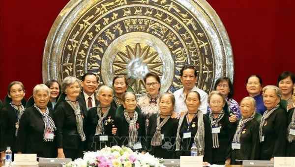 """Chủ tịch Quốc hội Nguyễn Thị Kim Ngân chụp ảnh cùng đoàn """"Đội quân tóc dài"""" Bến Tre"""