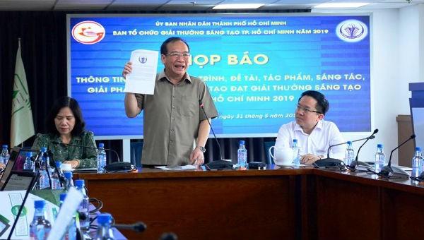 Ông Huỳnh Công Hùng thông tin về buổi trao giải thưởng