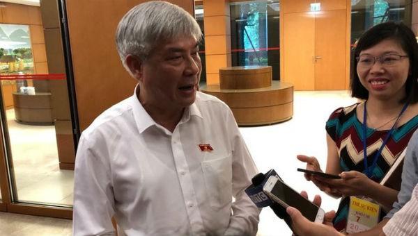 Phó bí thư thường trực Tỉnh uỷ Sơn La Nguyễn Đắc Quỳnh trao đổi với báo chí bên hành lang Quốc hội