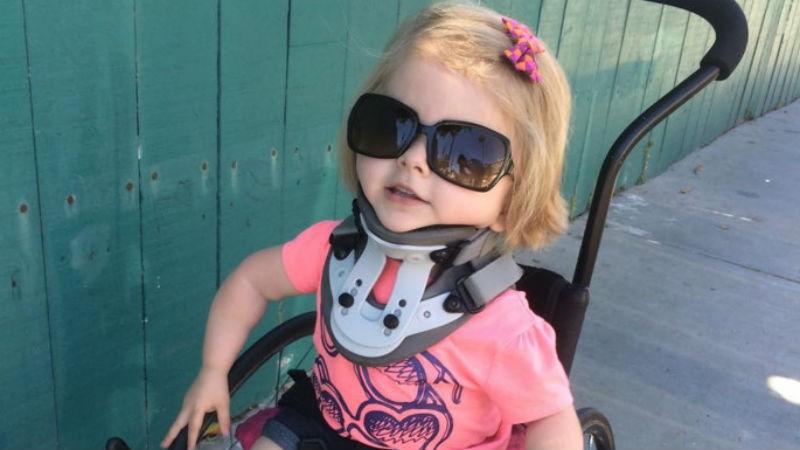 Cô bé hạnh phúc dù cha mẹ không còn muốn đếm số lần gẫy xương