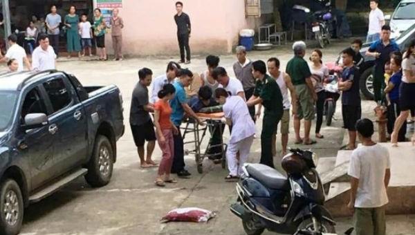 Các chiến sĩ bị bắn trọng thương được đưa đi cấp cứu