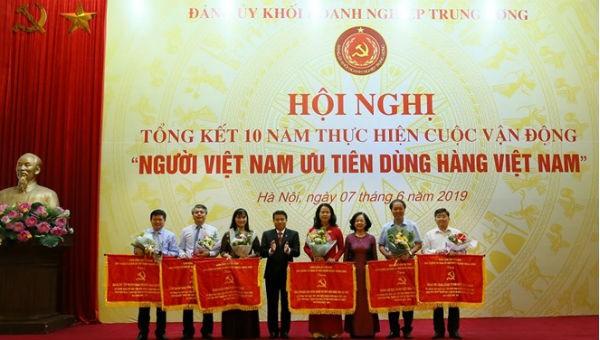 Trưởng ban Dân vận T.Ư Trương Thị Mai  trao Cờ thi đua cho các cá nhân, đại diện tập thể có thành tích xuất sắc trong thực hiện CVĐ.