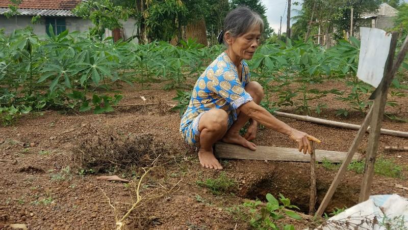Hố sâu xuất hiện tại vườn nhà bà Nguyễn Thị Vinh ở thôn Xuân Lộc, xã Phong Xuân.
