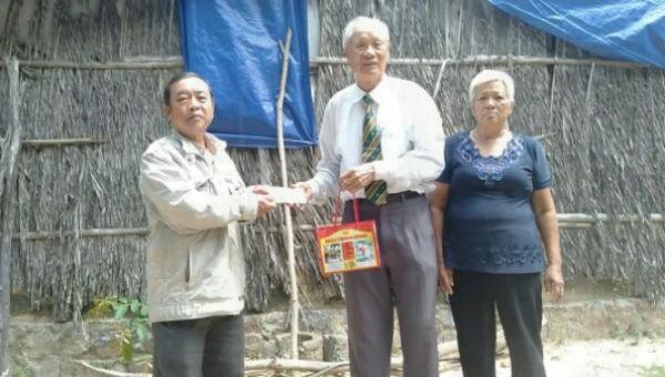 Ông Đoàn Văn Đạt trong một chuyến làm từ thiện