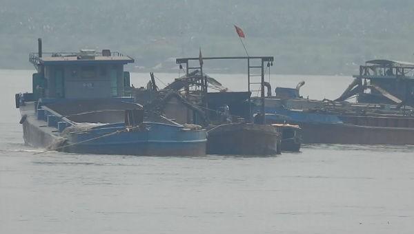 Nhiều tàu cuốc ngang nhiên cắm vòi xuống lòng sông Hồng khai thác cát trái phép mà không vấp phải sự kiểm tra, xử lý của cơ quan chức năng.