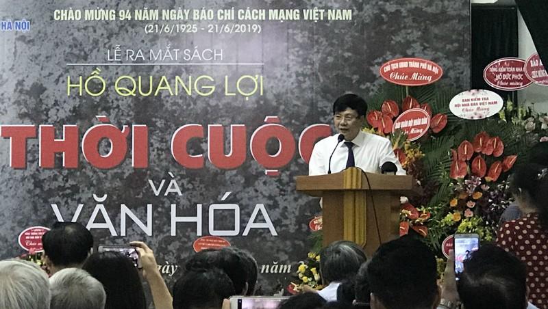 Nhà báo Hồ Quang Lợi trong buổi ra mắt sách.