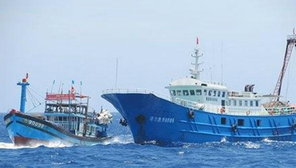 Tàu cá của ngư dân Việt Nam nhiều lần bị tàu Trung Quốc cướp phá tài sản khi khai thác hải sản ở khu vực Hoàng Sa của Việt Nam. Ảnh Tiền Phong