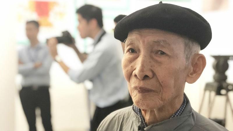 Họa sĩ Lê Huy Trấp tại triển lãm của Bảo tàng Hồ Chí Minh.