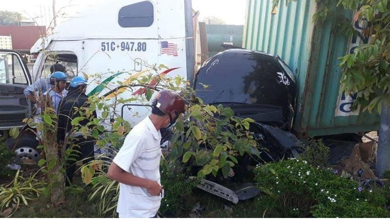 Kinh hoàng xe container đâm ô tô 4 chỗ, 3 người tử vong