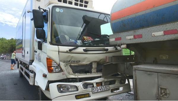 Xe bồn bị xe tải đông lạnh tông mạnh từ phía sau