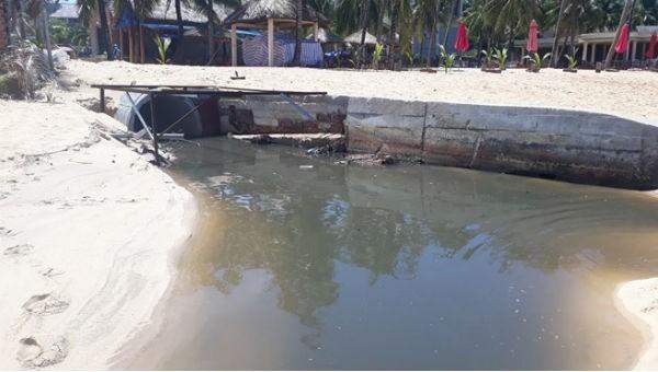 Một cống xả nước thải ra biển Phú Quốc