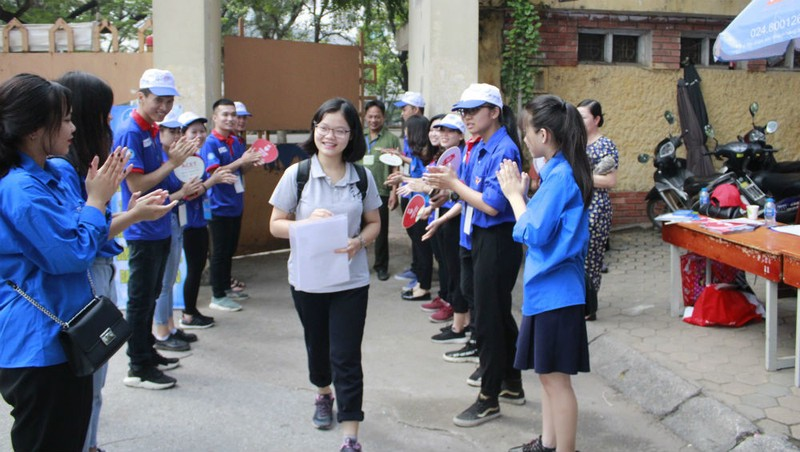 Kết thúc môn thi đầu tiên, nhiều thí sinh phấn khởi, tự tin rời phòng thi