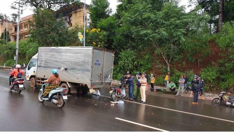 Chiến sĩ trại giam tông xe vào ô tô tải tử nạn