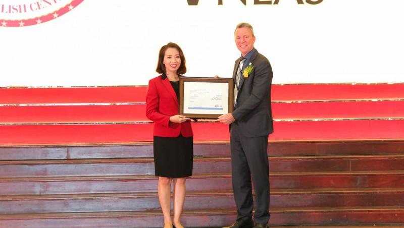 Bà Lê Quang Thục Quỳnh – Tổng Giám đốc điều hành Anh văn Hội Việt Mỹ VUS đón nhận chứng nhận chất lượng quốc tế của tổ chức NEAS từ ông Patrick Pheasent – CEO NEAS