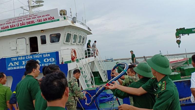 Bộ đội Biên phòng Bình Thuận đang tích cực bơm hút, đưa dầu ra khỏi tàu bị chìm, ngăn chặn sự cố tràn dầu.