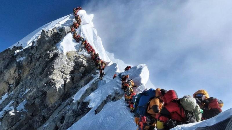 Dòng người chinh phục Everest.
